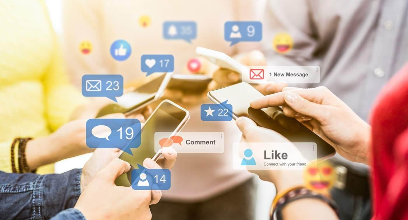 Menschen mit Smartphones und Facebook