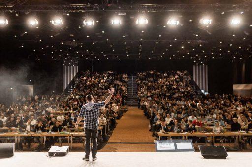 Speaker auf der Bühne spricht zum Publikum